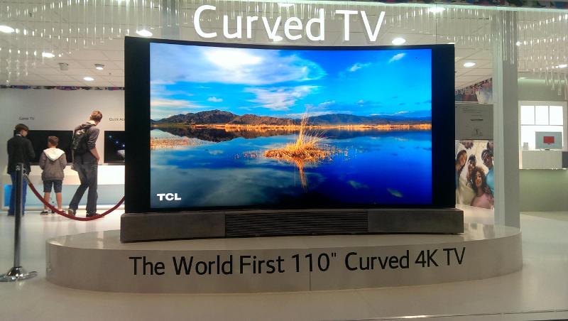 """110"""" gebogener UHD-Fernseher"""