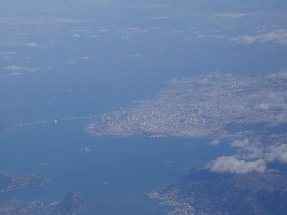 Blick aus dem Flugzeug während des Anfluges. Man erkennt Downtown San Francisco und rechts unten ganz schwach auch die Golden Gate Bridge.