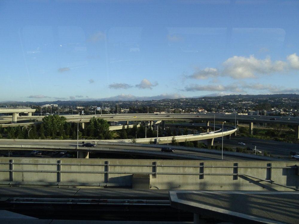 Ein kurzer Schnappschuss des Autobahnkreuzes vor dem Flughafen, während ich in der Flughafenbahn saß.