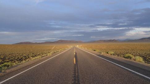 Endlose Straßen (Highway 50) in den gigantischen Weiten Nevadas