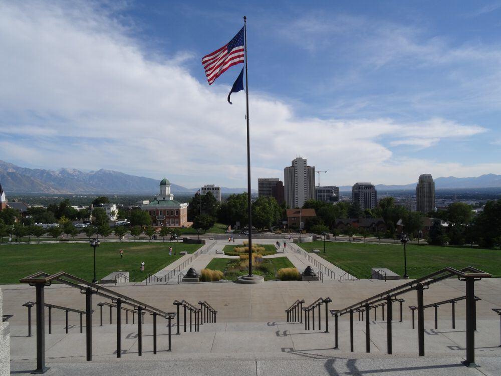 Blick vom Parlament Richtung Süden auf Salt Lake City. Links im Bild sind Berge und halb rechts im Bild der Mormonentempel