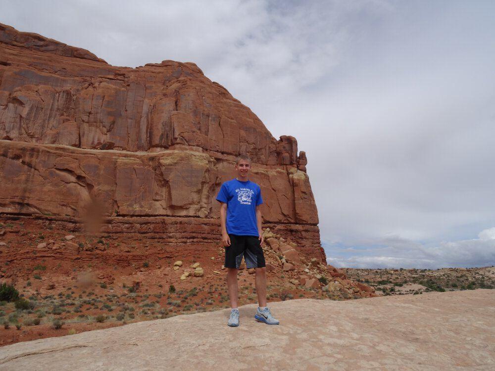 Ich auf einem großen Felsen ganz am Anfang vom Arches Nationalpark.