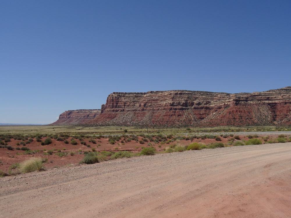 Diese Felswand haben wir mit unserem Auto bezwungen. Der Highway 261 in Utah schlängelt sich entlang dieser Wand nach oben zu dieser höher gelegenen Ebene. Die Straße war entlang dieser Felswand nicht befestigt und nicht sehr breit. Das war sehr abenteuerlich.