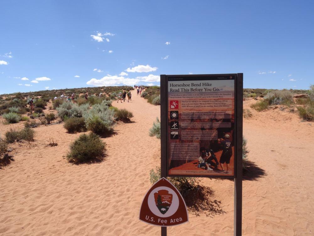 Auf dem Weg zu Horseshoe Bend. 1,2km langer Wanderweg bei über 40°C in der Mittagssonne in der Wüste