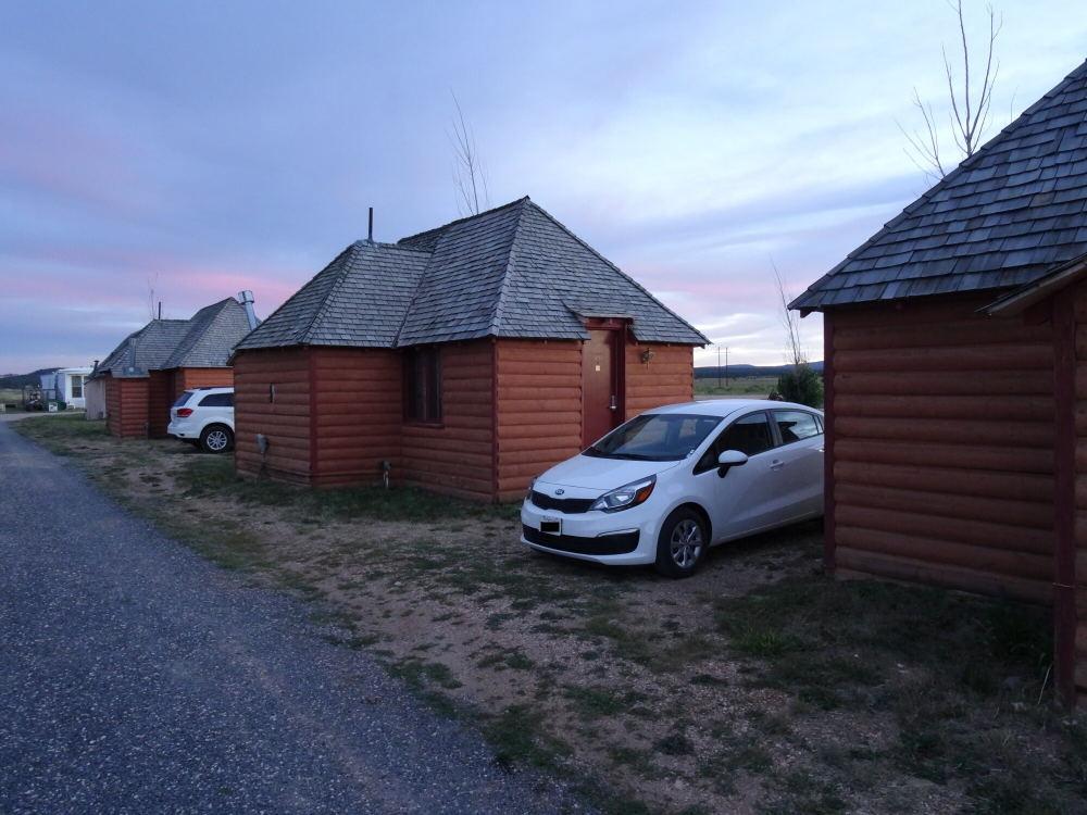 Übernachtung vor dem Bryce Canyon in einer Anlage mit vielen kleinen Hütten.
