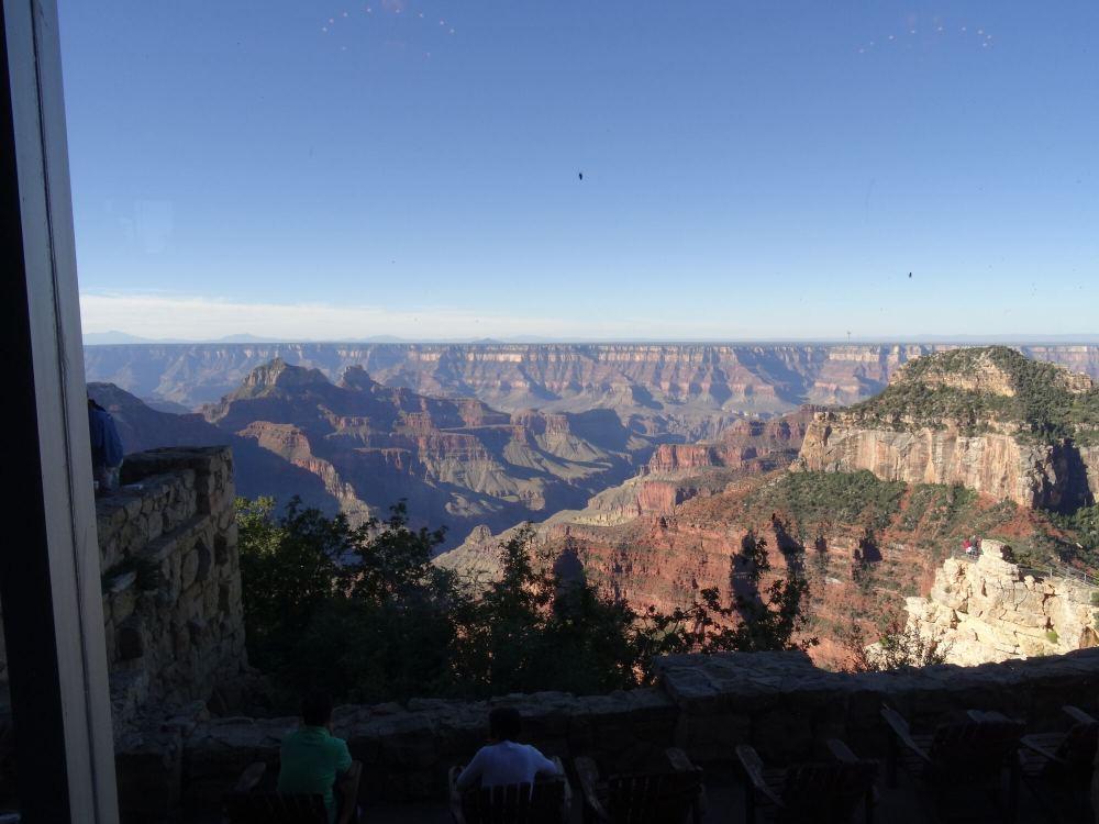 Ausblick auf den Grand Canyon während des Frühstücks. Die Unterkunft befindet sich am North Rim.
