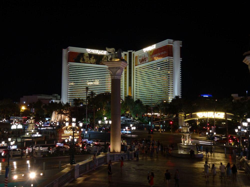 Nachtleben in Las Vegas; im Hintergrund das Mirage-Hotel