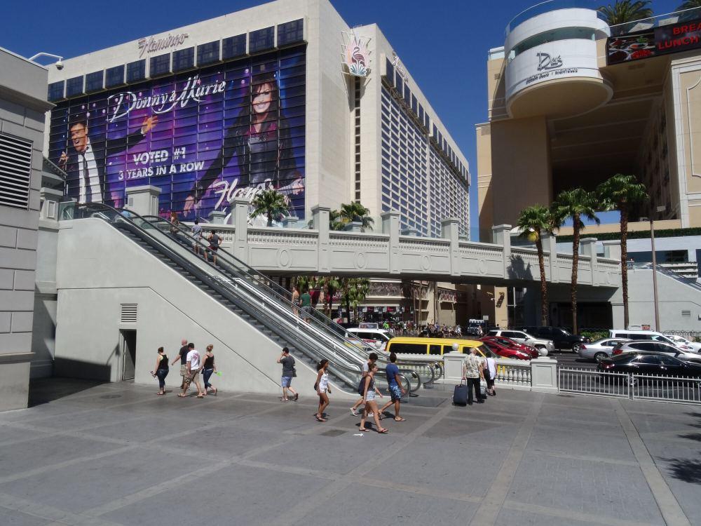 Typische Fußgängerbrücken am Las Vegas Strip