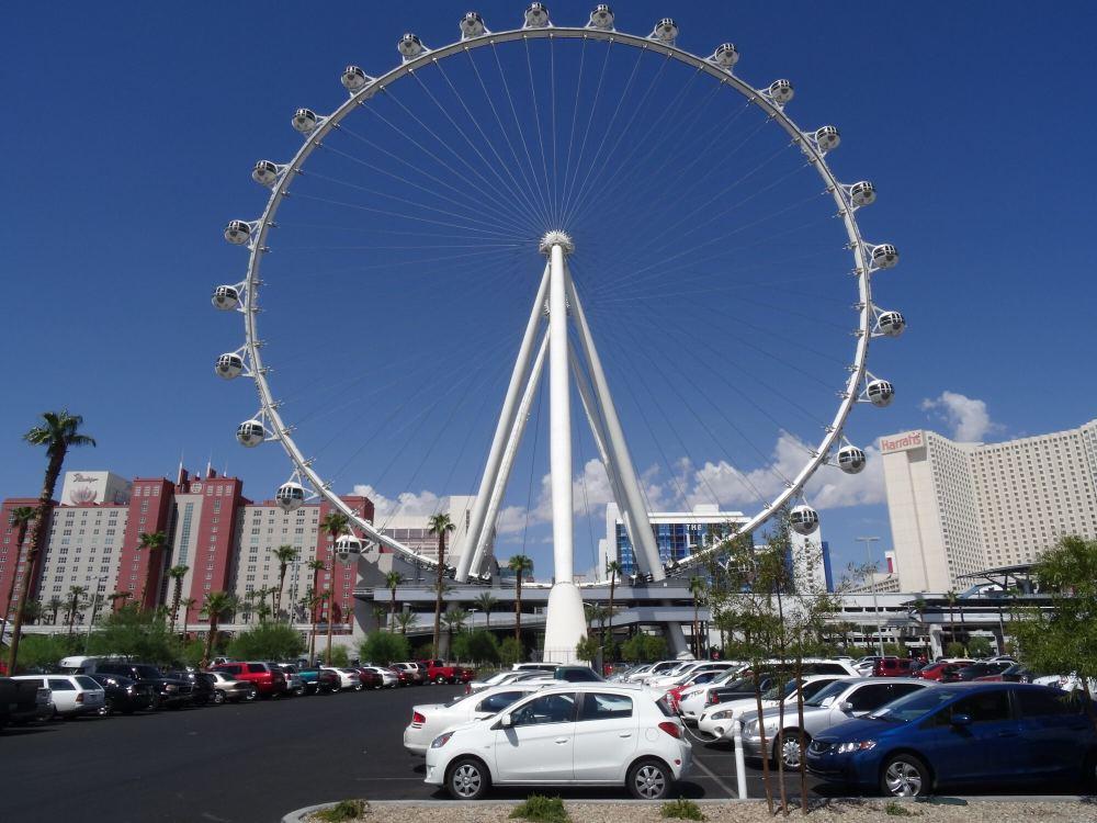 Blick auf das High Roller-Riesenrad vom gigantischen Parkplatz hinter dem The Linq Hotel & Casino-Komplex.