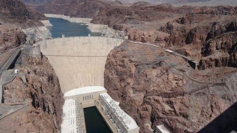 Hoover-Staudamm: Die weiße Linie an den Bergen lässt auf den normalen Wasserstand von vor vielen Jahren schließen, welcher aber leider immer weiter sinkt, so dass es bald kein Trinkwasser mehr geben wird/soll.