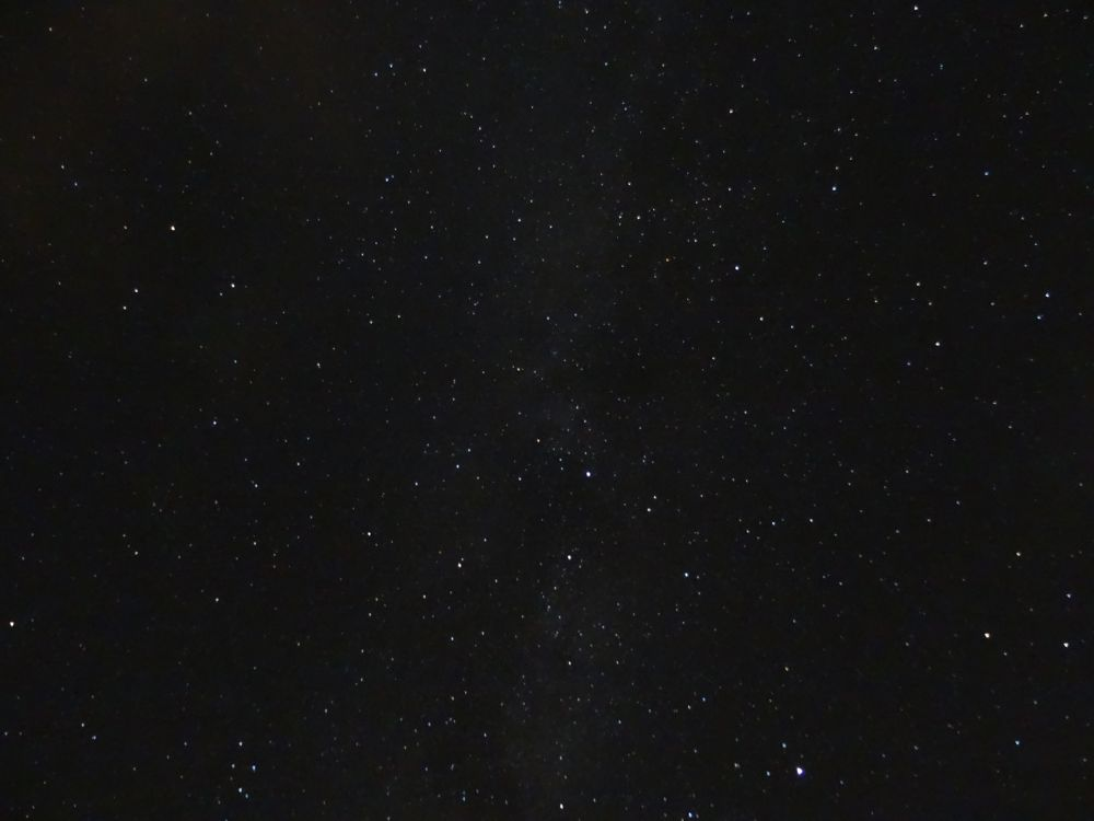 Sternenhimmel über dem Erzgebirge am 15.09.2015; erkennt man hier etwa die Milchstraße? Ich bin mir nicht sicher. - ISO: 1600, Belichtungszeit: 30s, Blende: F/3,5, Kamera: Sony DSC-HX50V