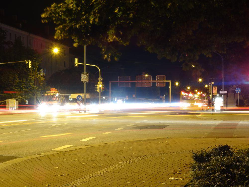 Langzeitbelichtete Straßenkreuzung in Dresden am 28. September 2015 gegen 5 Uhr früh.