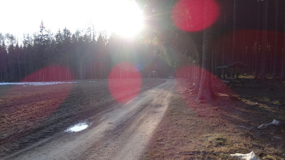 Nachmittags auf dem Feld und Sonnenreflexionen auf der Kamera (4K, 2160p, 16:9, Querformat, 27.02.2015, Erzgebirge)