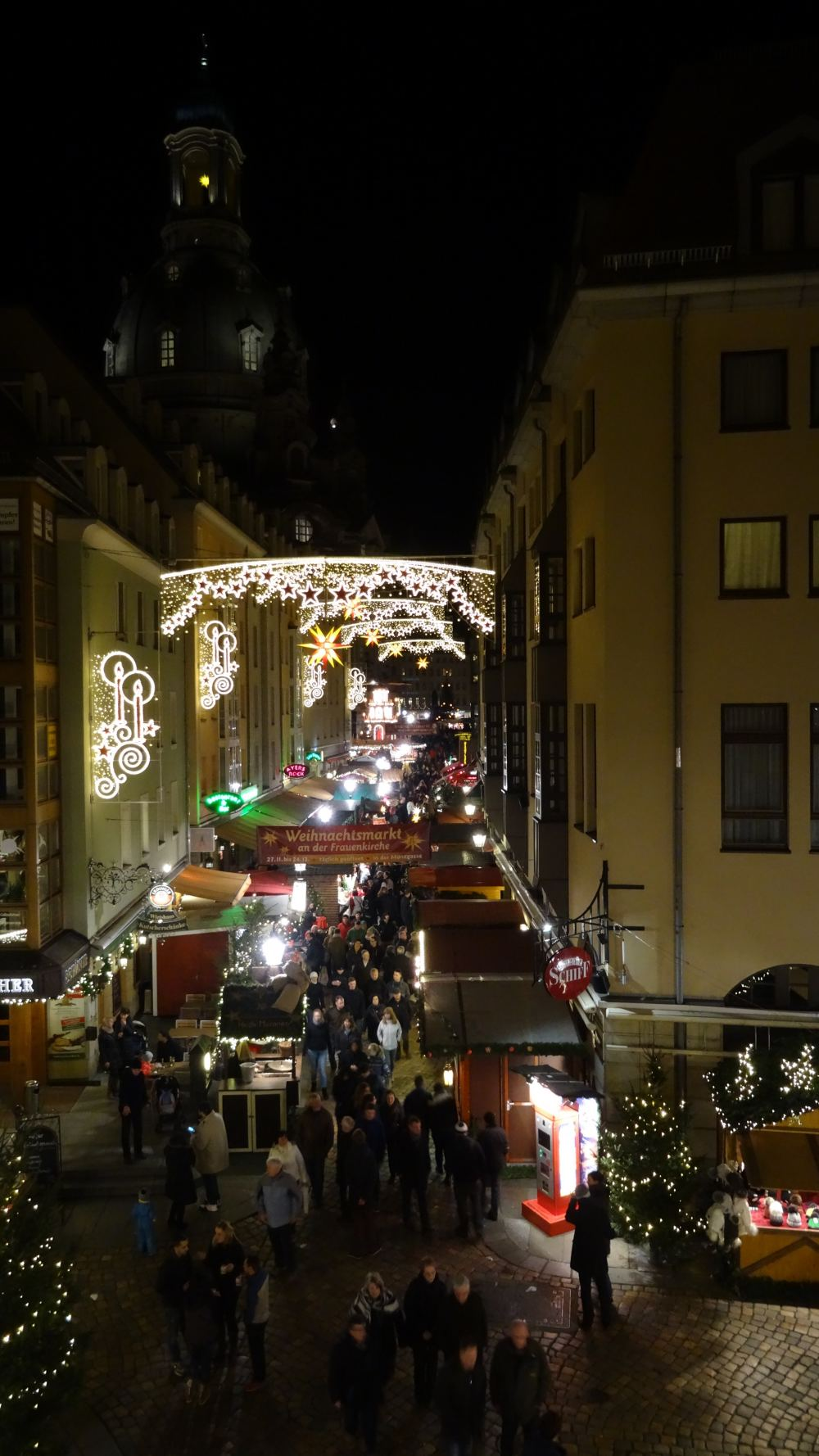 Weihnachtsmarkt an der Frauenkirche (4K, 2160p, 16:9, Hochformat, 06.12.2015)