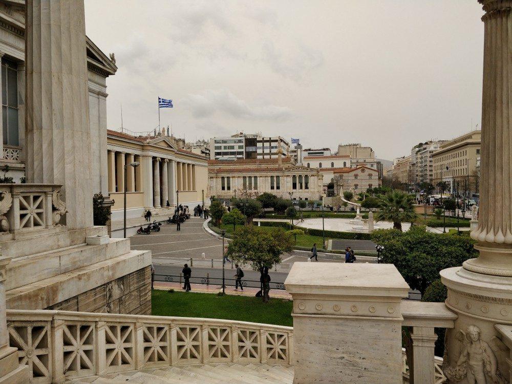 Blick auf Universität von Athen (links)